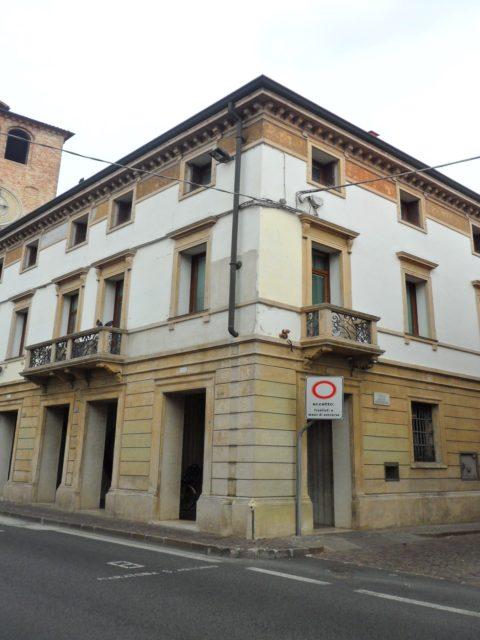facciata di palazzo da ristruururare con affreschi b